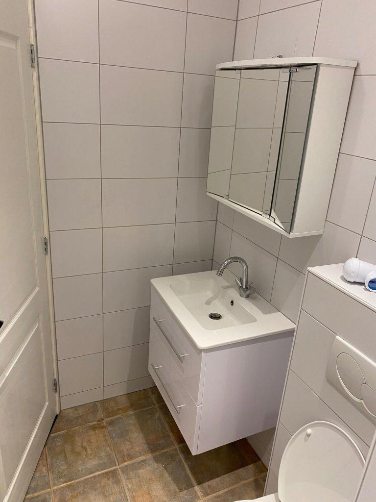 Totaal renovatie van de badkamer, nieuw inbouw toilet, wastafel met spiegelkast, inloop douche met drain put. vloer en wanden zijn betegeld. plafonds is voorzien van een schuurplafond. hier in zitten 3 spots verwerkt. Elektrische vloerverwarming houd de badkamer op temperatuur.