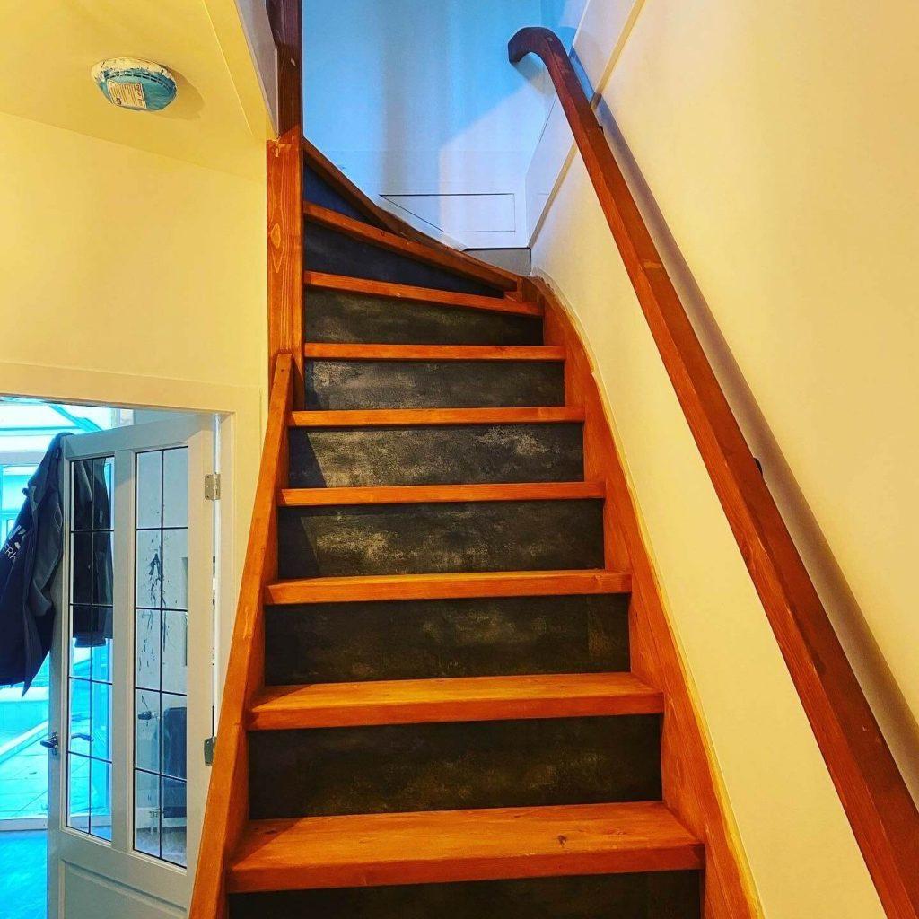 Hier is de nieuwe trap geplaatst, het is een vuren trap met een kwart boven. de stootborden zijn hier bekleed met PVC. De overige trap is in de beits gezet door de klant zelf. het plaatsen van een trapleuning met zwarte leuning dragers.